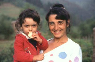 Eine stolze Mutter mit ihrem Kind.